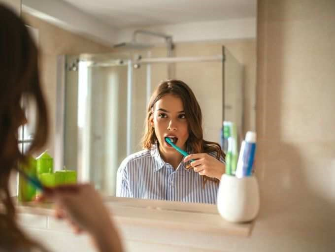 दाँतों को अच्छी तरह से ब्रश करे