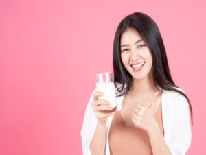 दूध पीना
